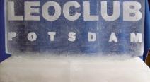 Leoclub-Logo auf Eis